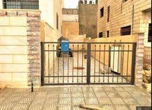 شقة ارضية طابقية في حي المنصور شارع الاردن212م وحديقة300م وكراجات
