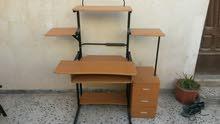 طاولة كمبيوتر وا شاشة hp اصلية كزيوني للبيع