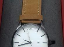 ساعة شبابية ماركة Mvmt بالعلبة للبيع.